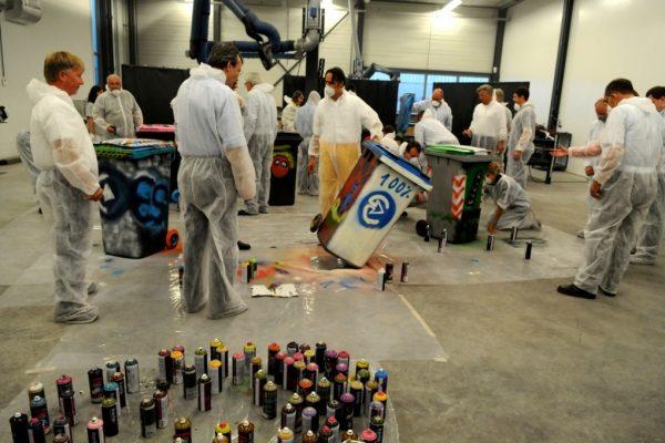Graffiti workshop binnen vuilnisbak